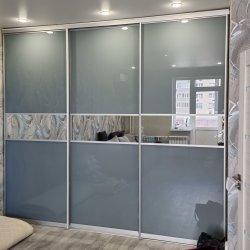 Шкаф-купе, заполнение дверей: цветные стекла + зеркало