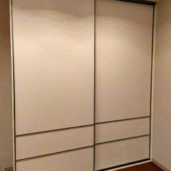 Белый шкаф-купе, дверцы из ЛДСП
