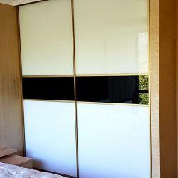 Шкаф-купе с белым стеклом