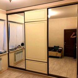Встроенный шкаф-купе с зеркалами и фрезерованным МДФ