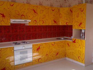 Желтая кухня с узорами