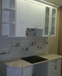 Маленькая кухня с фасадами из МДФ с фрезеровкой