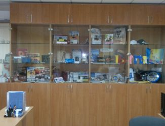 Шкаф-витрина для офиса
