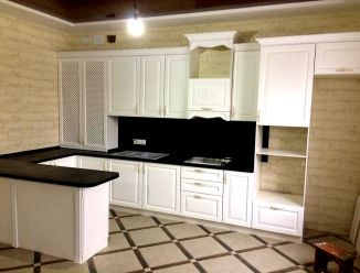 Белая кухня со сборными фасадами из крашенного МДФ под массив