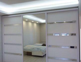 Шкаф купе с 3-я дверями с вставками Лдсп и зеркальными полосами