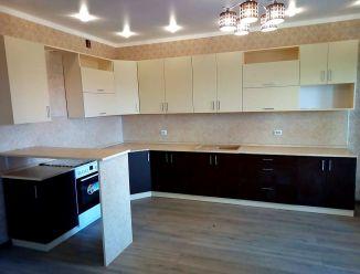 Большая угловая кухня с гладкими фасадами
