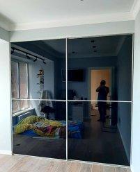 Встроенный шкаф-купе, цветное стекло