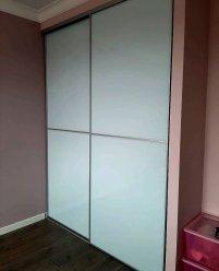 Встроенный шкаф-купе, белое стекло + алюминиевый профиль