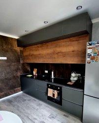Темная двухуровневая кухня под потолок