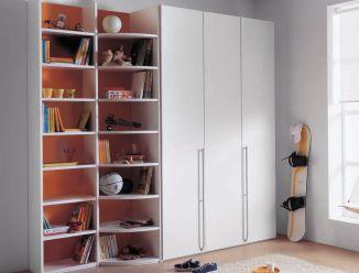 Белый распашной шкаф и стелажные полки