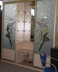 Шкаф-купе с пескоструйным рисунком для гостинной