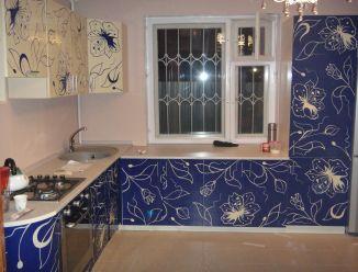 Синяя кухня с узором на фасаде