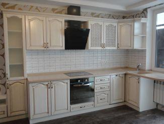 Кухня из массива белая с патиной