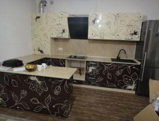 Черно-белая кухня с узорчатым фасадом