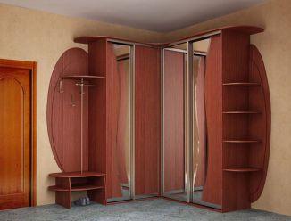Угловая прихожая с зеркальными шкафами-купе