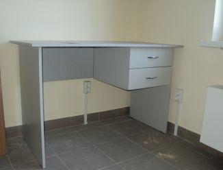 Рабочий стол с выдвижными ящиками