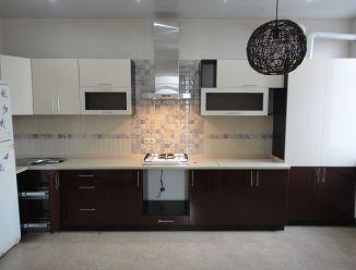 Черно-белая кухня фасад пластик