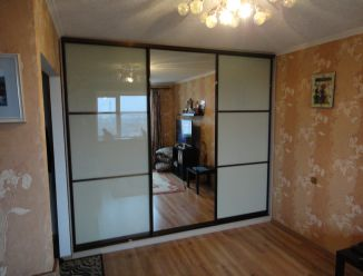 Встроенный шкаф с зеркалом и стеклянными вставками