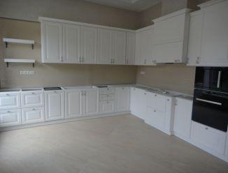 Большая угловая кухня с фрезеровками
