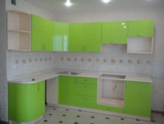 Угловая салатовая кухня с закругленным фасадом