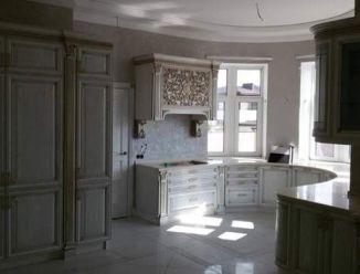 Полукруглая кухня вдоль окна с итальянским фасадом