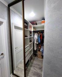 Гардеробная комната с зеркальными дверями купе