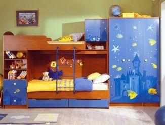 Двухярусная кровать и распашной шкаф