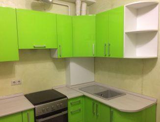 Яркая зеленая кухня из крашеного МДФ