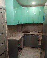 Зеленая угловая кухня, крашеный МДФ