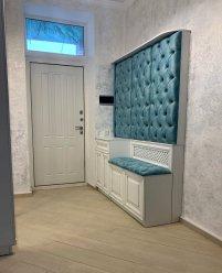 Мебель для прихожей в частном доме: шкаф-купе, скамья и вешалка с каретной стяжкой