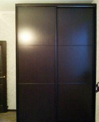Темно-корричневый двухдверный шкаф