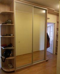 Зеркальный шкаф-купе с боковыми полками