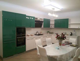 Большая зеленая кухня из крашенного МДФ