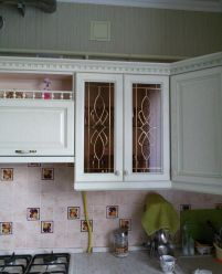 Кухонный шкаф с витражем