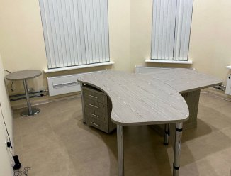 Столы оригинальной формы, тумбы и шкаф для офиса