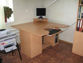 Письменный стол с местом для монитора
