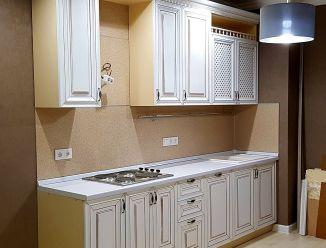 Белая классическая кухня с карнизом и решетками