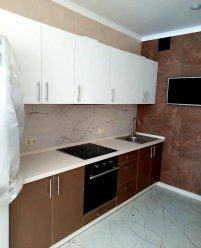 Бело-коричневая кухня, крашеный МДФ