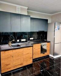 Темная кухня для помещения нестандартной конфигурации