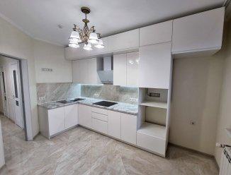 Белая глянцевая кухня с интегрированными ручками