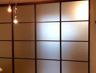 Раздвижная перегородка из матового стекла