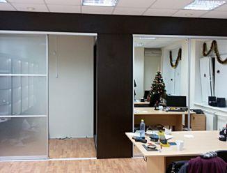 Стеклянная и зеркальная раздвижные прегородки в офисе