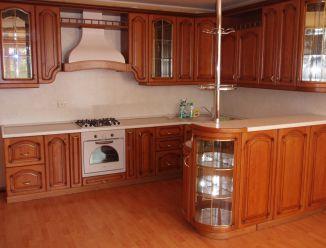 Кухня из массива дерева с барной стойкой