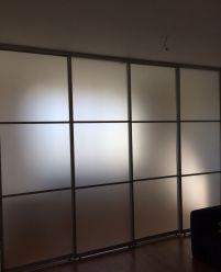 Раздвижная стеклянная пергородка для разделения комнаты