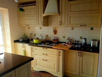 Классическая кухня из массива с порталом и островом
