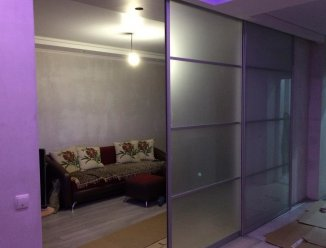 Стеклянная раздвижная перегородка с широкими дверями