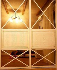 Встроенный белый шкаф-купе с перекрестиями на зеркальных дверях