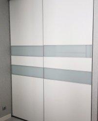 Белый встроенный шкаф-купе со стеклянными вставками