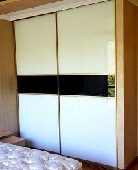 Шкаф-купе с белым стеклом для спальни
