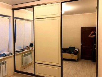 Шкаф-купе с зеркалом и крашеным МДФ с фрезеровкой